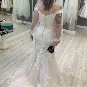 Ivory lace mermaid / trumpet bridal gown